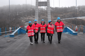 Fylkesvaraordfører Mona Hellesnes på den første turen over broen. Foto: HFK