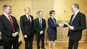 29. februar fikk statsråd Ketil Solvik-Olsen overlevert transportetatenes arbeid med ny NTP. Nå gjenstår den politiske prosessen frem til vedtak i Stortinget før sommeren 2017. FOTO: NRK
