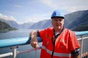Einar Lutro smiler over trafikkveksten over Hardangerbroen! FOTO: Sara Finne