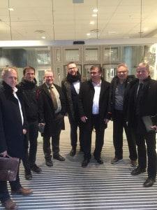 Etter møtet med Vidar Helgesen var optimismen stor blant delegasjonen som bestod av; Olav Skinnes, Sverre Lundemo, Anved JOhan Tveit, Harald Victor Hove, Petter Rukke, Knut Arne Gurigard, Endre Lægreid. FOTO: Tor Egil Buøen